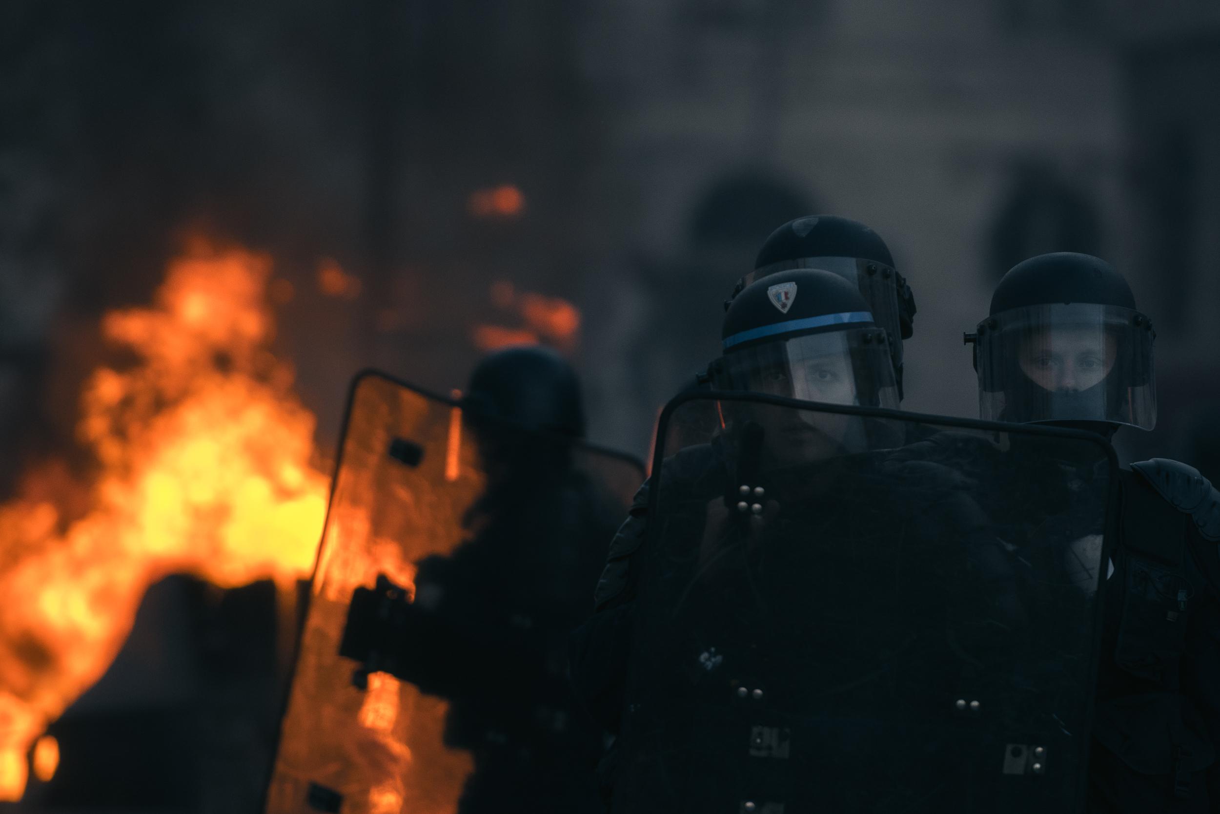 Les policiers sécurisent les pompiers. On voit le désarroi et la fatigue sur le visage de certains.