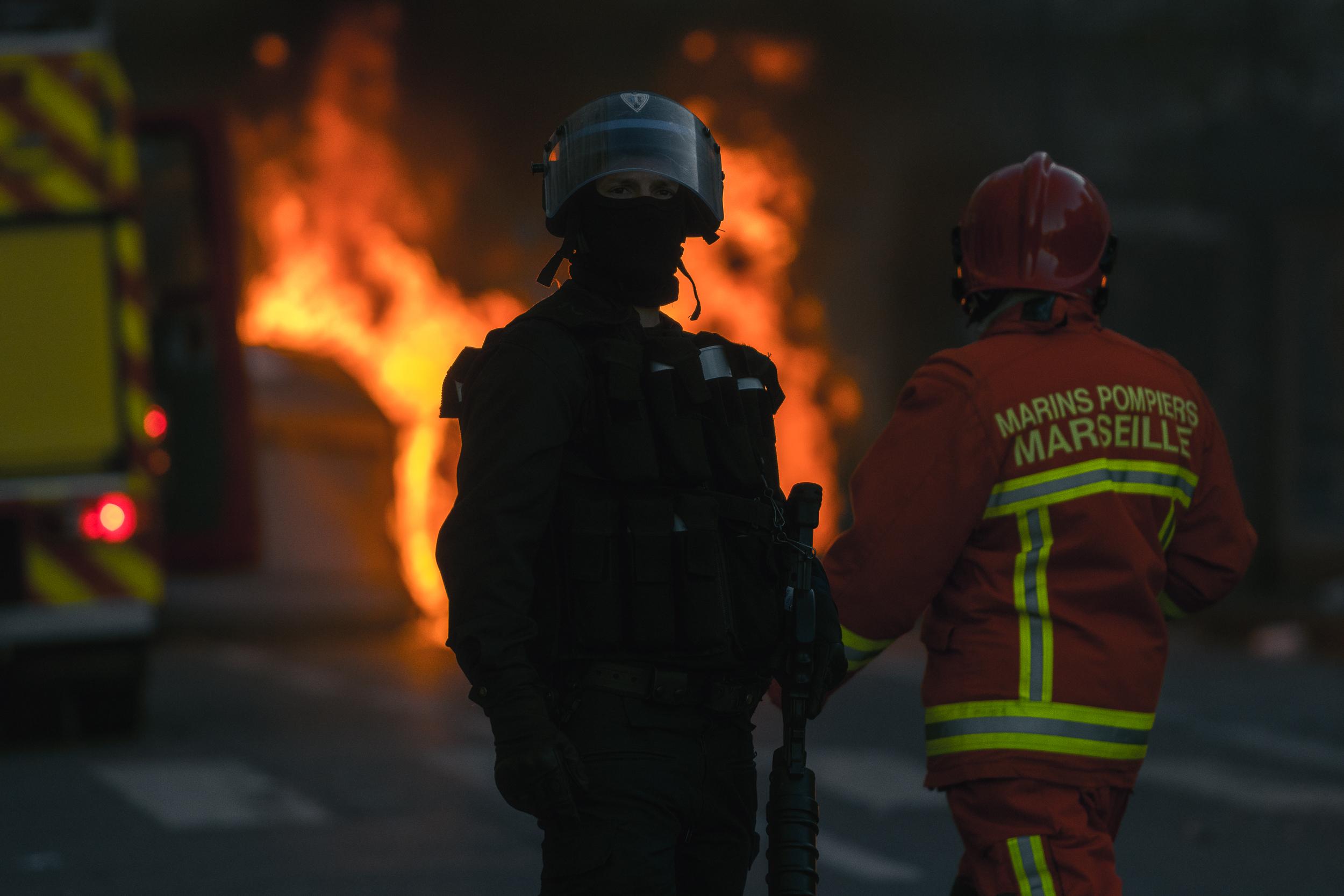 Toujours la même chose : les casseurs prennent les bouteilles dans les poubelles de tri pour les jetter sur les forces de l'ordre. Ensuite, ils brûlent la poubelle conteannt les cartons ; puis les gendarmes chargent. Ils sécurisent les lieux, les pompiers interviennent. Certains en sont déjà las.