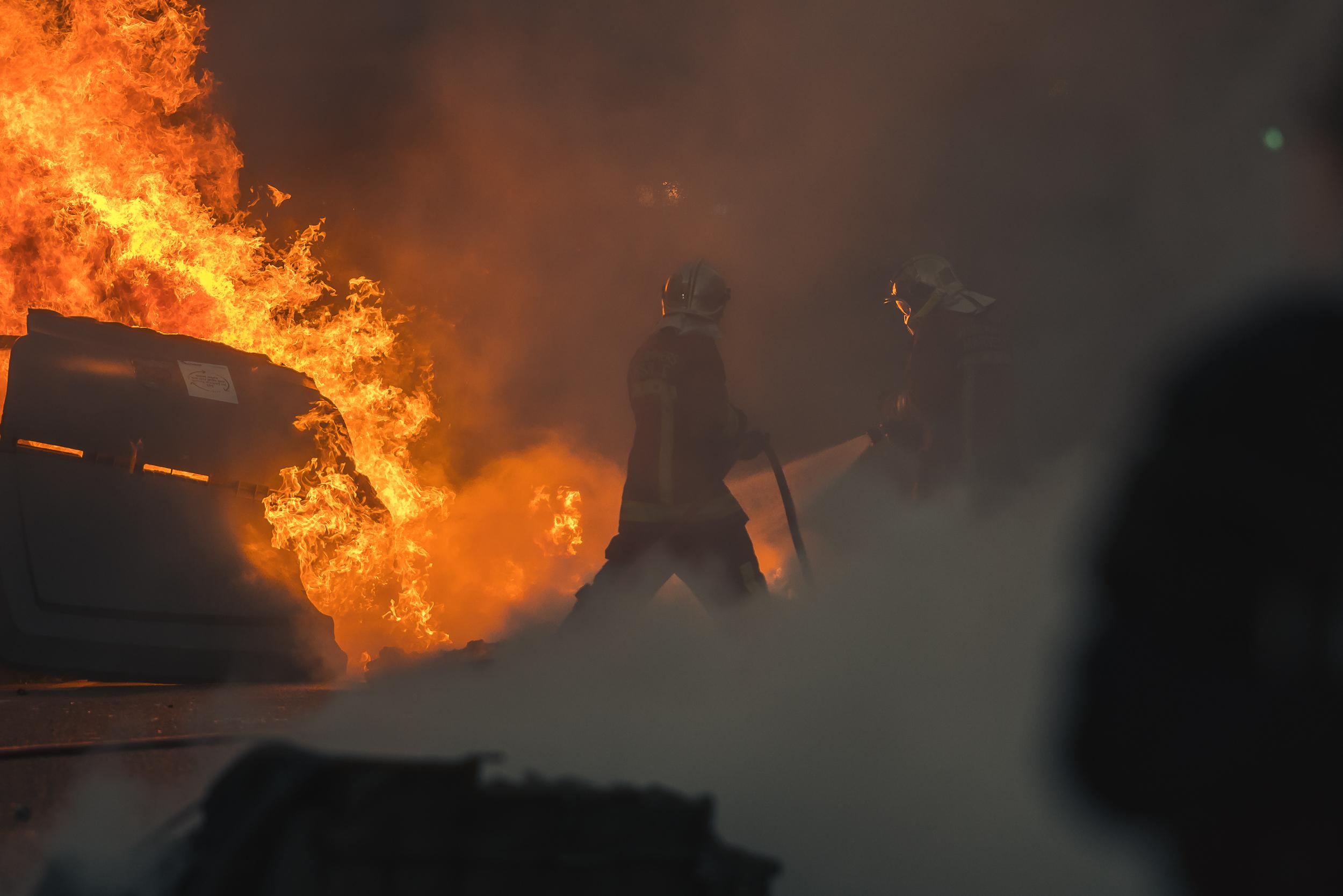 Les pompiers interviennent pour chaque poubelle brulée.