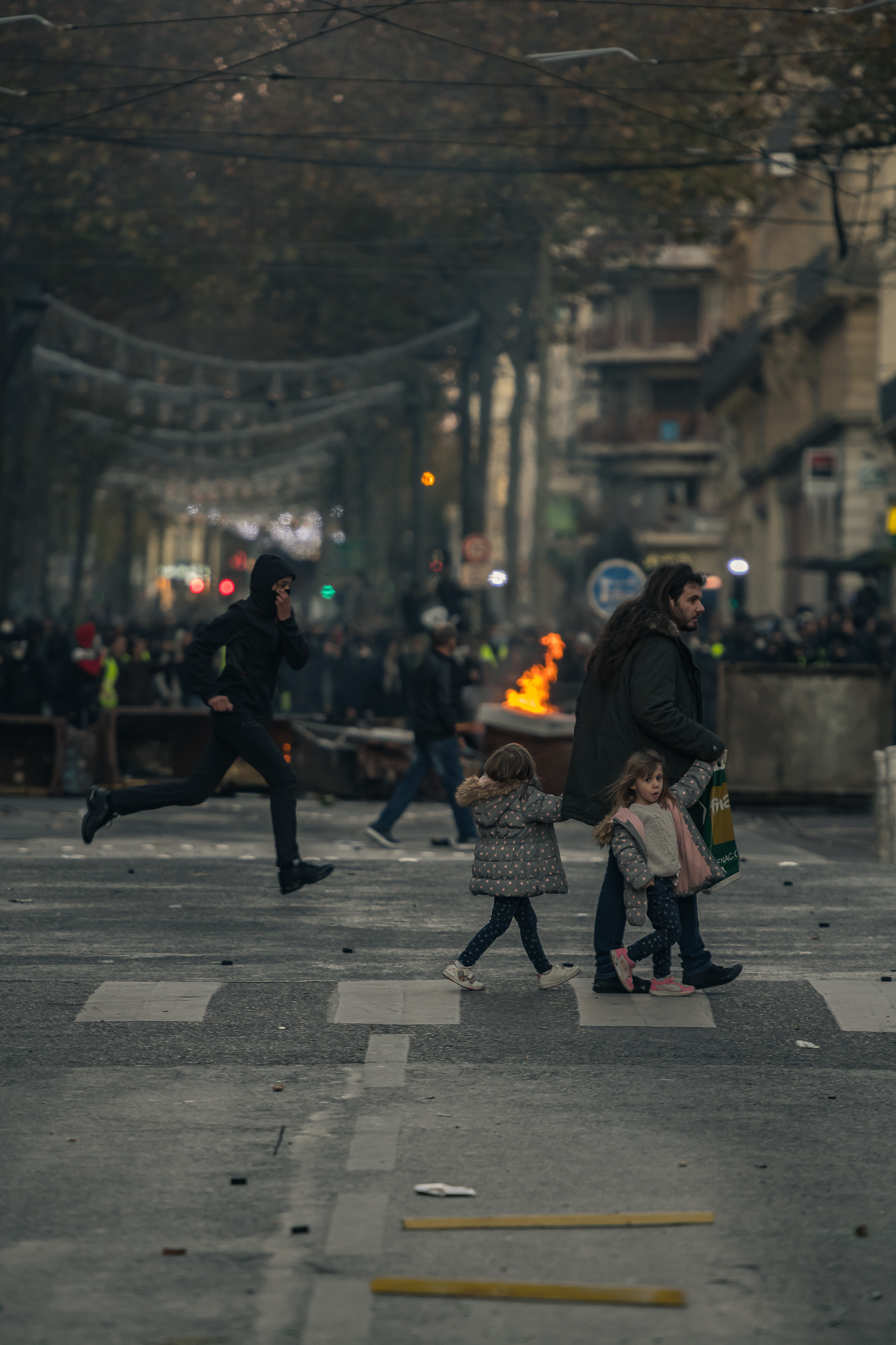 Au millieu du chaos, certains traversent pour rentrer chez eux.